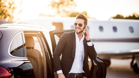 Businessmann am Auto