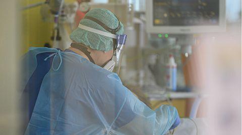 Pfleger auf der Covid-19-Intensivstation im Städtischen Klinikum Dresden