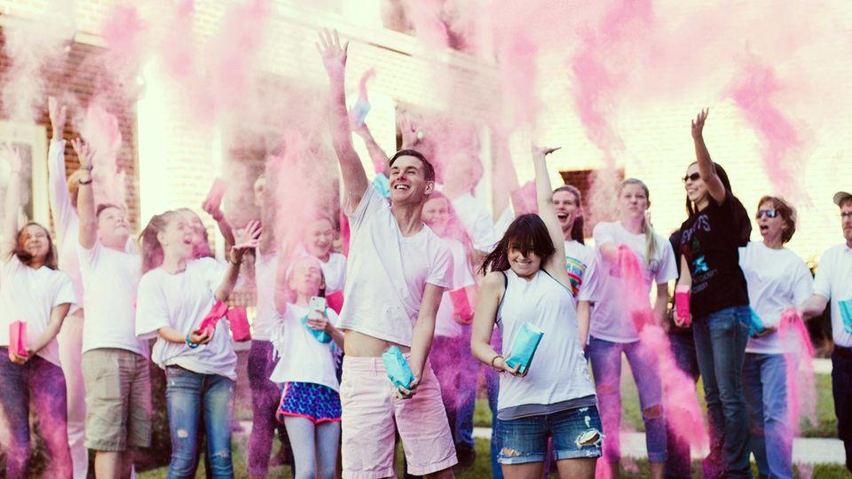 """Bei einer """"Gender Reveal Party"""" wird Freunden und Verwandten mittels blauer oder rosa Farbe das Geschlecht des Kindes enthüllt (Symbolbild)"""