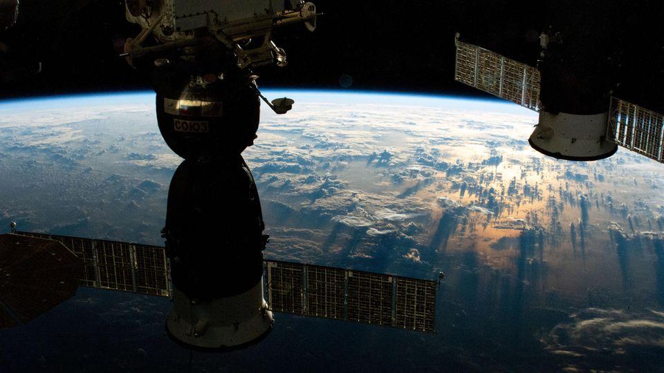 Noch klappt die Zusammenarbeit:Zwei russische Raumschiffe sind an die Internationale Raumstation angedockt.