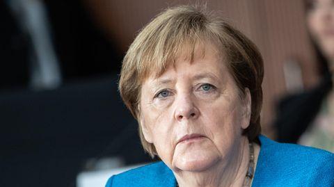 in blauem Blazer sitzt Angela Merkel im Untersuchungsausschuss und schaut ernst