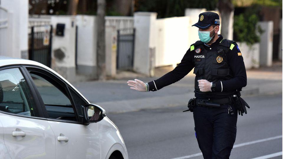 Spanien: Ein Polizist stoppt ein Auto