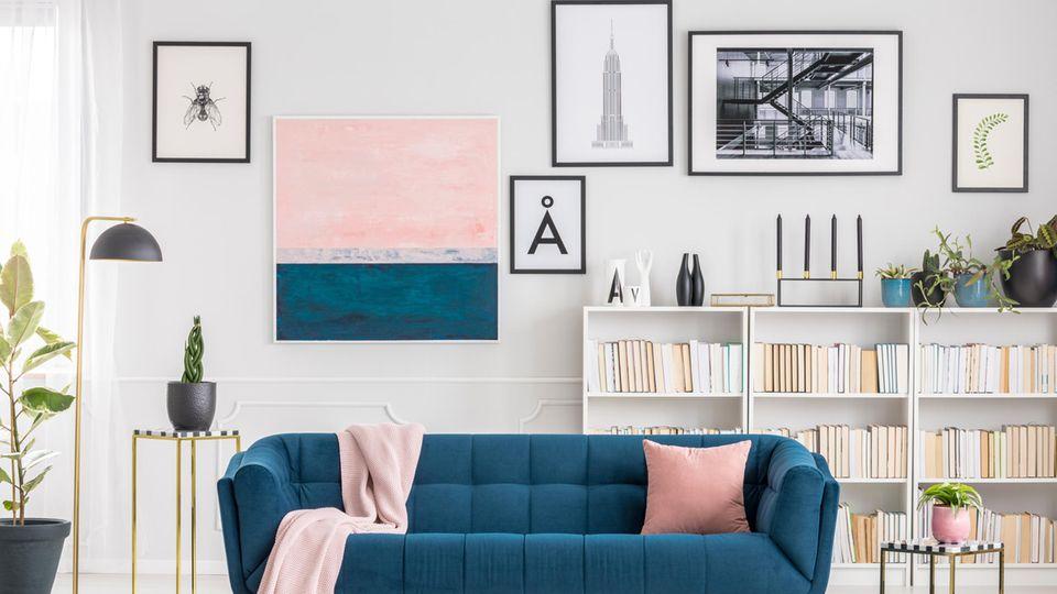 Wohnzimmer mit auffälliger Gallery Wall