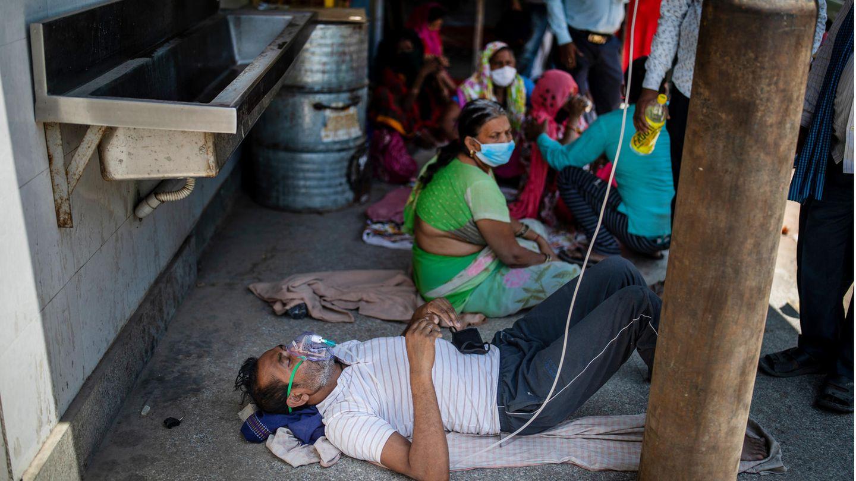 Neu Delhi Indien: Ein Patient erhält Sauerstoff