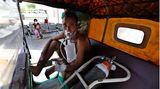 Indien: Ein Covid-19-Patient wartet in einer Rikscha darauf, in ein Krankenhaus in Ahmedabad