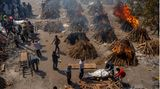 Indien: Scheiterhaufen mit Leichnamen von Covid-19-Opfern brennen auf einem Gelände