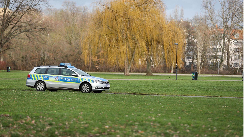 Eine Polizeistreife fährt durch eine Parkanlage (Symbolbild)