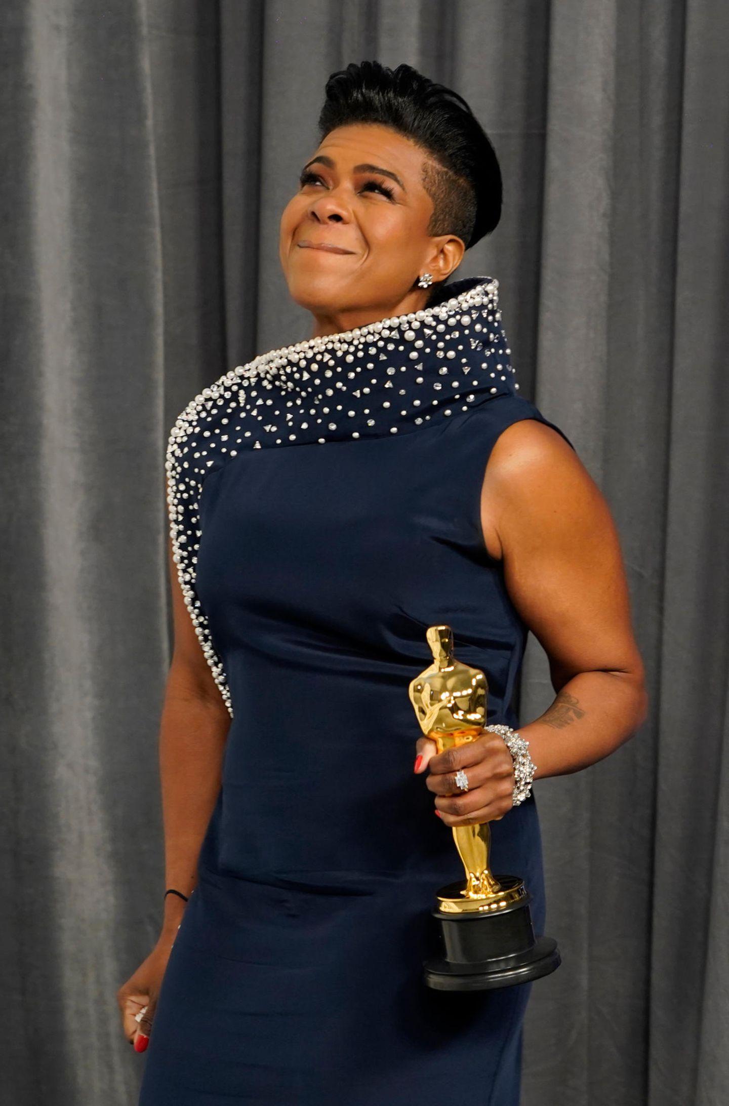 """Dass die Oscars im Jahr 2021 divers waren wie nie zuvor, lag nicht nur an den Preisträger:innen in den Hauptkategorien. Auch in Nebendisziplinen bekamen diesmal zahlreiche Nicht-Weiße den Zuschlag, wie etwa Mia Neal, diefür das beste Make-up und Hairstyling für """"Ma Rainey's Black Bottom"""" ausgezeichnet wurde."""