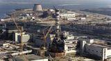 26. April 1986: Nuklearkatastrophe von Tschernobyl  Vor 35 Jahren kam es in dem sowjetischen Kernkraftwerk beiTschernobyl zum schwersten Unfall in der Geschichte der Kernenergie. Einen Tag vor der Katastrophe wurde in Block 4 eine Versuchsreihe gestartet. Dabei geriet der Reaktor außer Kontrolle, zwei Explosionen beförderten radioaktives Material in die Atmosphäre– und verseuchten so weite Teile der Sowjetunion (heute Russland, Belarus und Ukraine). Hunderttausende mussten die Region verlassen. Wie viele Menschen unter den Folgen der radioaktiven Strahlung leiden oder daran gestorben sind, bleibt ungewiss. 2015 wurde der Bau einer Kuppelhülle beendet, die den zerstörten Reaktor für mindestens hundert Jahre sicher umschließen soll. Heute organisieren Reiseanbieter Touren in die Sperrzone. Immer wieder sorgen dort auch Wald- und Flächenbrände für Aufsehen, bei denen radioaktive Teilchen aus dem Boden wieder aufgewirbelt werden. Die Ukraine, auf deren Staatsgebiet sich die Anlage befindet, will das Gebiet zunehmend wirtschaftlich nutzen. Im Juli soll dort ein Atommüllzwischenlager in Betrieb gehen.