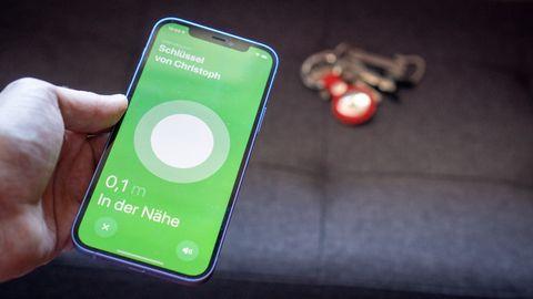 Das iPhone erkennt das AirTag im Hintergrund auf wenige Zentimeter genau.