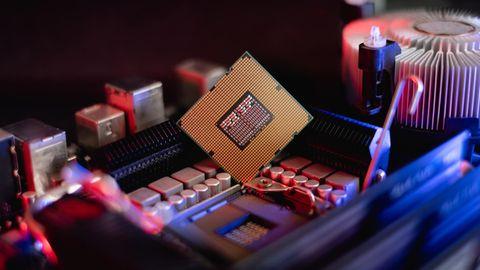 Prozessor Rangliste: Eine CPU steht vor ihrem Sockel.