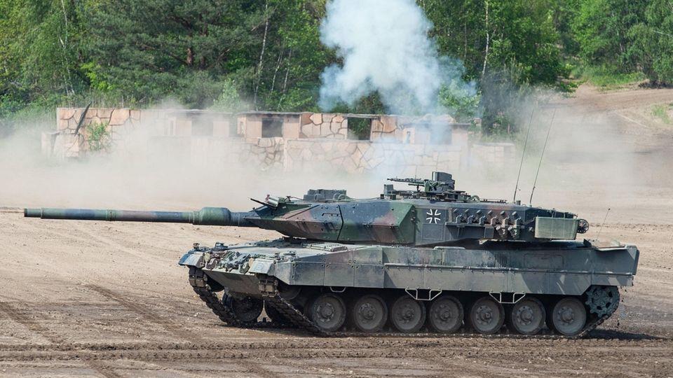 Bei einer Vorführung der Very High Readiness Joint Task Force (VJTF) fährt ein Kampfpanzer Leopard 2 auf einem Übungsfeld