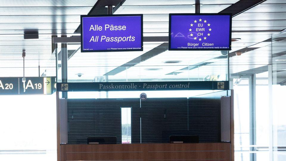 Eine geschlossene Passkontrolle ist im Abflugbereich in Terminal 1 am Flughafen Hamburg zu sehen