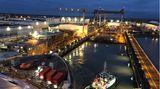Hier verlässtdashalbfertige Schiff das Baudock der Werft in der Bretagne.