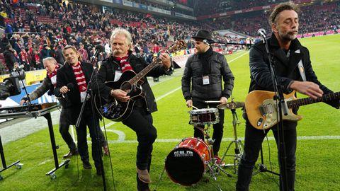 De Höhner mit Sänger Henning Krautmacher (Mitte) und Gitarrist Joost Vergoossen im November 2019 im Müngersdorfer Stadion.