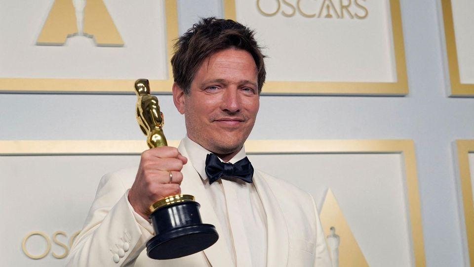 Der Regisseur Thomas Vinterberg mit seinem Oscar