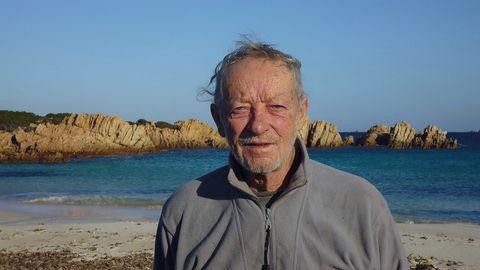 Mauro Morandi steht am Strand der Insel Budelli