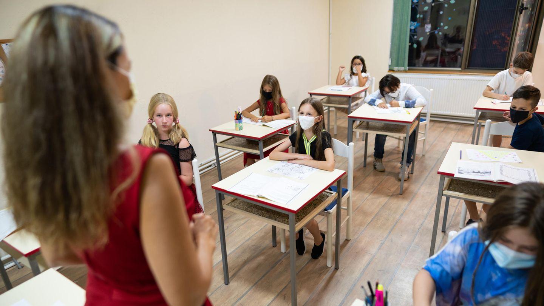 Klassenzimmer mit Schülern mit Masken