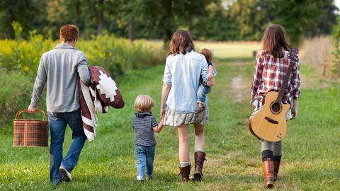 Familie in einem ländlichen Feld.