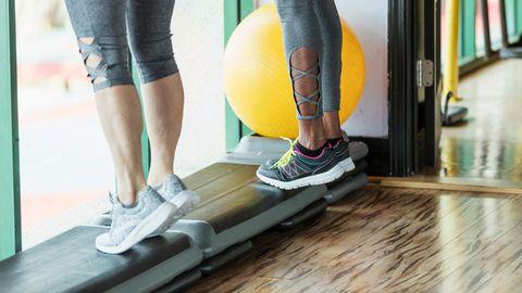 Bewegung: Bei einem akuten Krampf hilft am besten Bewegung. Ein kurzes Stück gehen, löst den Krampf schon ein wenig. Wer viel im Alltag sitzt, sollte auch darauf achten, sich regelmäßig zu bewegen.