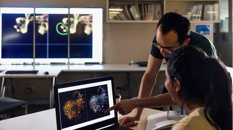 Forscher sich beraten an einem Schreibtisch
