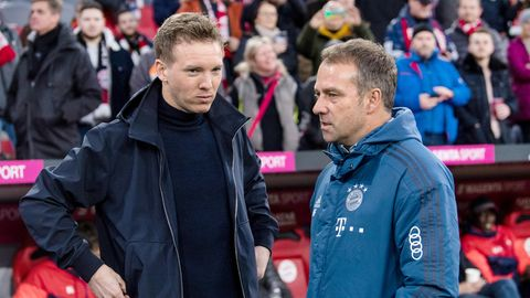 Trainer Hansi Flick vom FC Bayern München (r) und Trainer Julian Nagelsmann von Leipzig begrüßen sich vor Spielbeginn