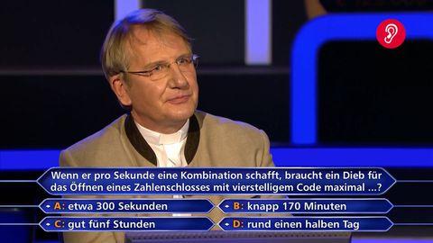Martin Fohl sitzt im Wer wird Millionär Studio in Köln auf dem Ratestuhl