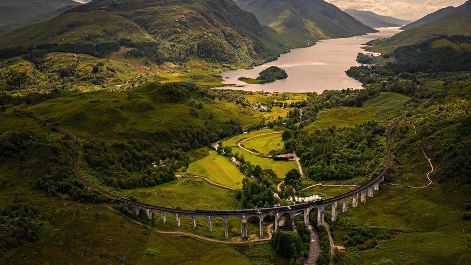 Im Film dampft der Jacobite Steam Train mit Harry Potter über das Glenfinnan-Viadukt und vorbei am Loch Shiel nach Hogwarts
