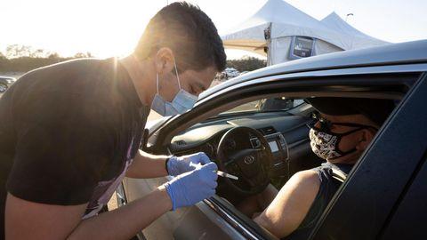 Corona Impfung USA: Ein Mann lässt sich gegen das Coronavirus impfen
