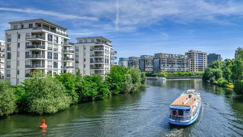 Neubauten am Spreeufer in Berlin-Charlottenburg