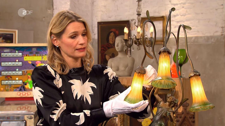 Bianca Berding untersucht im Bares für Rares Studio in Pulheim die Leuchte