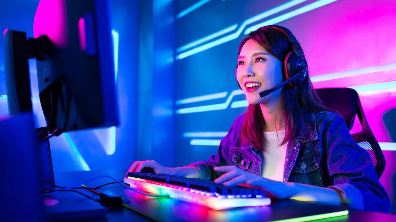 Capture Cards: Eine Streamerin schaut auf ihren Bildschirm.