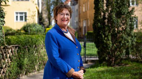 Brigitte Zypries, 67, im Vorgarten des Hauses in Berlin-Friedenau, wo sie wohnt