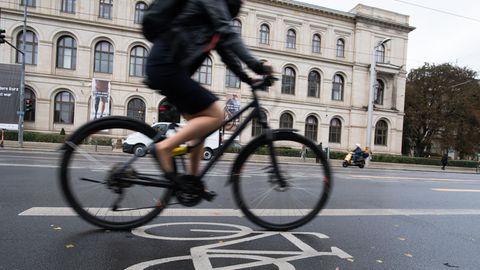 Ein Radfahrer fährt auf dem Radweg am Bundesverkehrsministerium vorbei. Verkehrsminister Scheuer stellt heute den nationalen Radverkehrsplan vor. (Symbolbild)