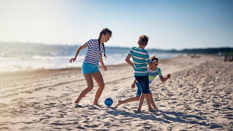 Strandspiele sind der ideale Zeitvertreib am Meer —ob mit Freunden oder Familie