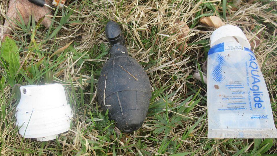 In einem Wald in Niederbayern hat eine Joggerin ein Sex-Toy mit einer Handgranate verwechselt.