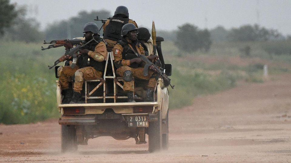 Burkinische Sicherheitskräfte schwärmen in der Nähe der Hauptstadt Ouagadougou aus, nachdem drei Ausländer entführt worden sind