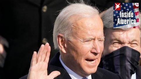 Ein älterer weißhaariger Mann hebt seine rechte Hand zum Schwur und spricht. Er steht im Freien und die Sonne scheint
