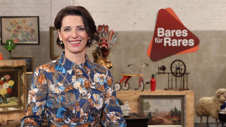 Wendela Horz steht im Studio von Bares für Rares in Pulheim am am Expertentisch