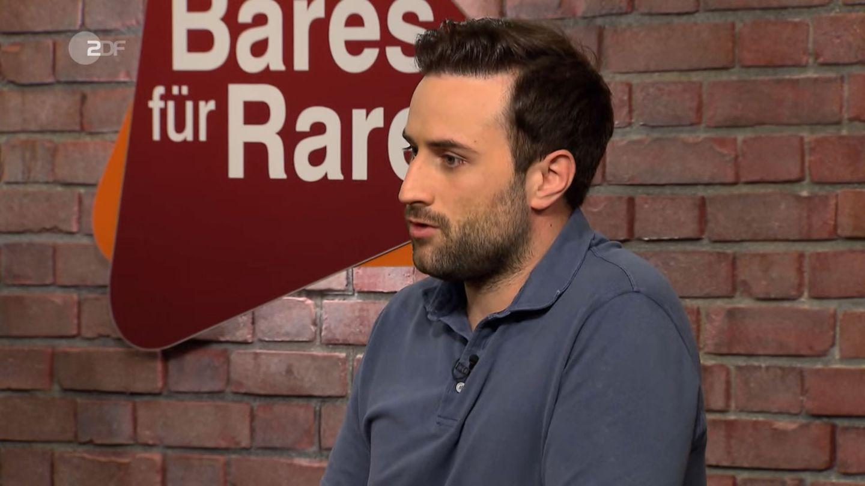 David Suppes sitzt im Studio von Bares für Rares in Pulheim am Händlertisch