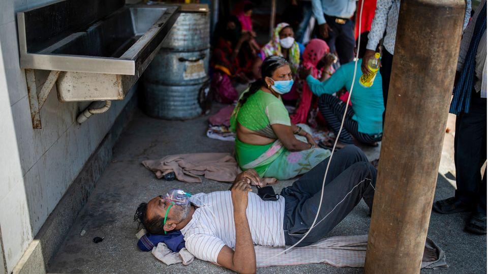 Ein Covid-19-Patient erhält Sauerstoff vor einem Sikh-Gotteshaus inNeu-Delhi