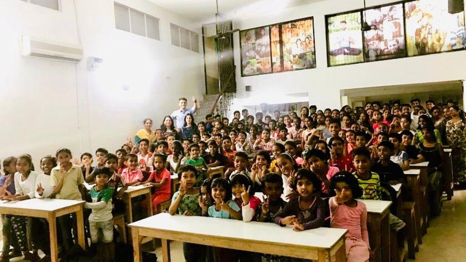 Kinder im Klassenraum