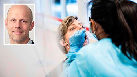 Eine medizinische Angestellte führt bei einem Mann einen Corona-Test durch