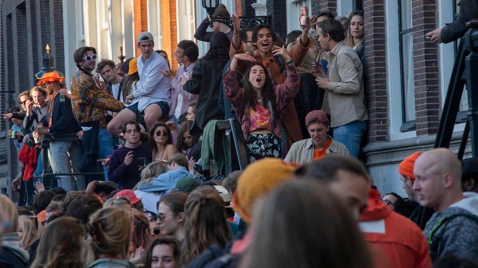 Corona - Menschen feiern den Koningsdag in Amsterdam