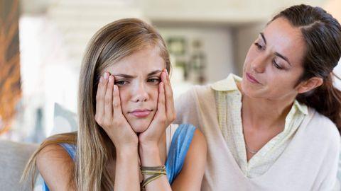 Mutter tröstet traurige Tochter.