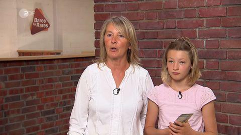 Großmutter und Enkelin stehen im Studio von Bares für Rares in Pulheim