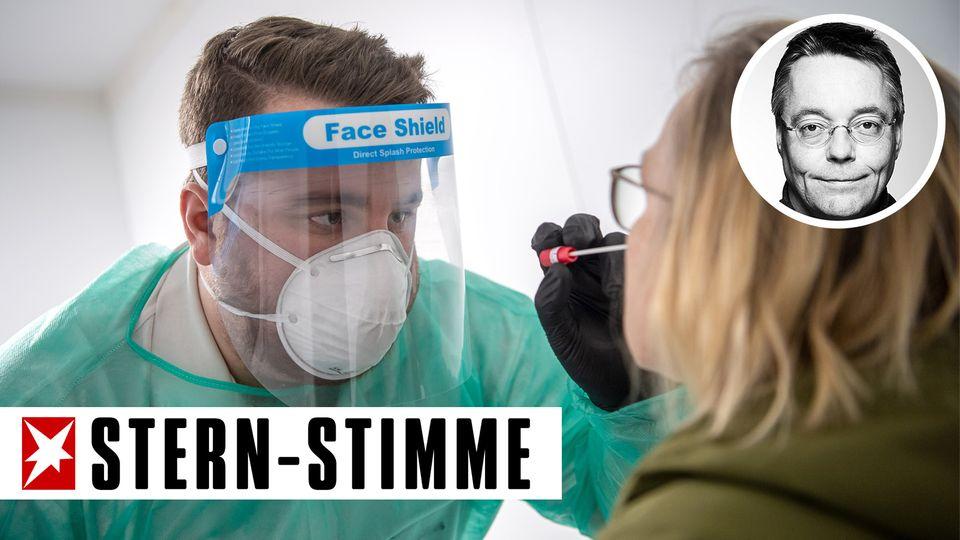 Niedersachsen, Nordhorn: Ein Abstrich für einen PCR-Test wird von einem Mitarbeiter im Corona-Testzentrum genommen