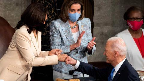 Washington DC, USA. Es war ein historischer Moment, als US-Präsident Joe Biden nach seiner ersten Kongressrede die nach ihm mächtigsten Menschen des Landes abklatscht. Denn erstmals sind dies mit Vizepräsidentin Kamala Harris (l.) und der Sprecherin des Repräsentantenhauses Nancy Pelosi, zwei Frauen