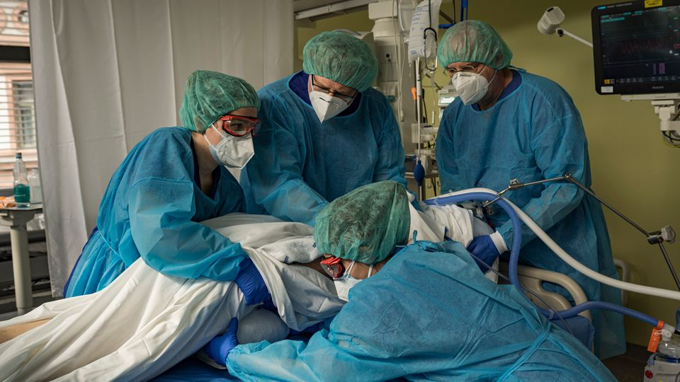 Intensivmediziner mit einer Patientin