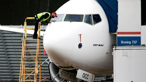 Ein Techniker untersucht eine farbrikneue Boeing 737 Max imWerk Renton